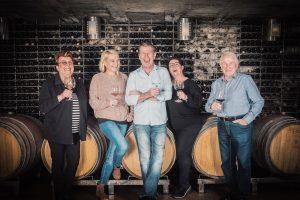 Famile Dopler beim Wein verkosten.